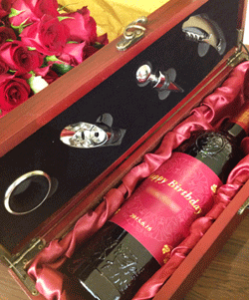 当日、実際に展示されたワインと100本のバラの花。ワインのラベルは自作だそうです!バラの花は当日届けられるというサプライズ演出でした!